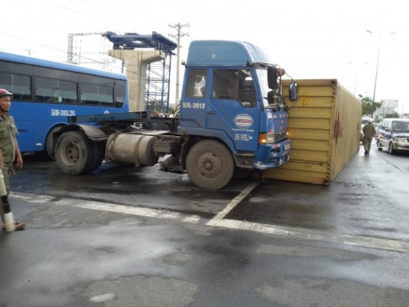 Thung container lat, hang chuc nguoi thot tim - Anh 1